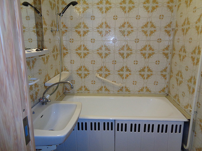 Másfél szobás váci távfűtéses panellakás fürdőszoba