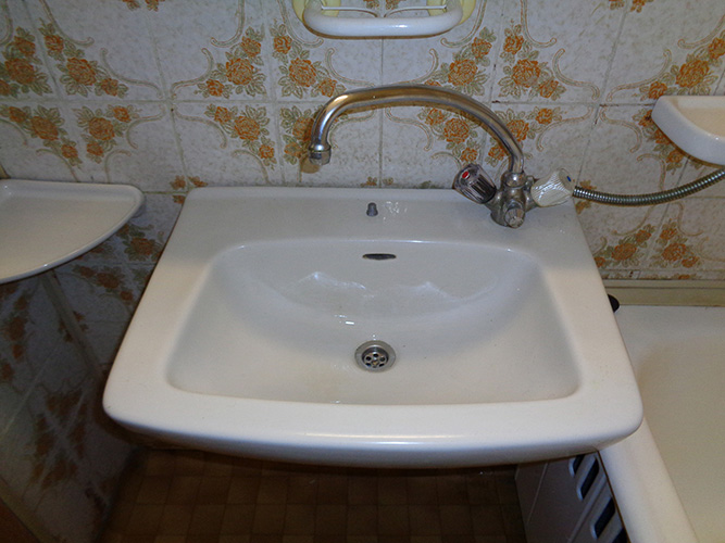 Másfél szobás váci távfűtéses panellakás mosdó
